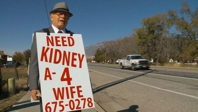 Das ist wahre Liebe: Per Plakat sucht Wayne Winters nach einer neuen Niere für seine kranke Frau. (Bild: Krone)