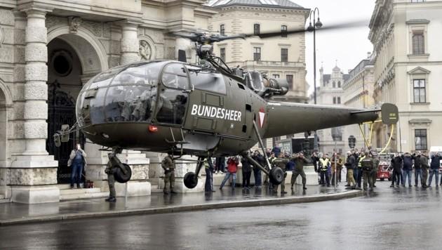 """Landung eines """"Alouette III""""-Hubschraubers vor dem Burgtheater in Wien (Bild: APA/BUNDESHEER/MINICH)"""