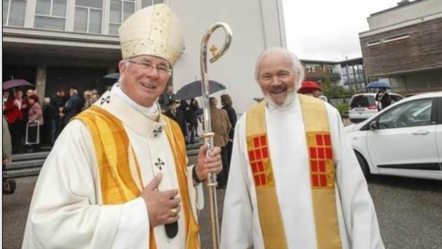 Ein großer Tag: Erzbischof Franz Lackner mit dem fröhlichen Pfarrer Peter Zeiner vor der Kirche. (Bild: Markus Tschepp)