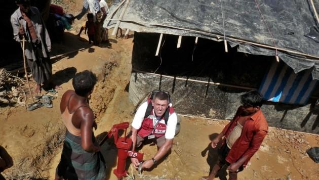 Wilfried Hildenbrand half im Flüchtlingscamp beim Aufbau von Trinkwasseraufbereitungsanlagen (Bild: Österreichisches Rotes Kreuz (ÖRK)/ Wilfried Hildenbrand)