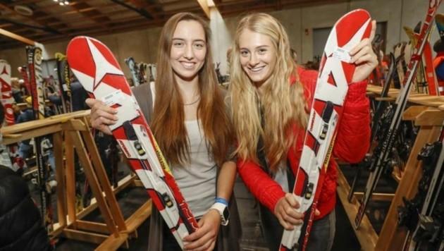 Pauline & Tanja beim Wühlen im Mega-Sortiment zu Schnäppchenpreisen: Das Angebot bei Skiern ist groß (Bild: Markus Tschepp)