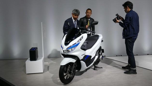 Honda bringt einen Elektroroller mit zum Laden herausnehmbaren Akkus. (Bild: Stephan Schätzl)