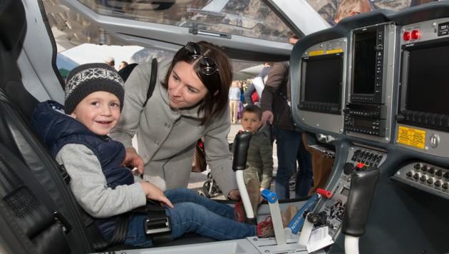 Viktoria bekam ihren Neffen Sebastian (3) fast nicht mehr aus dem Cockpit. (Bild: Christian Forcher)