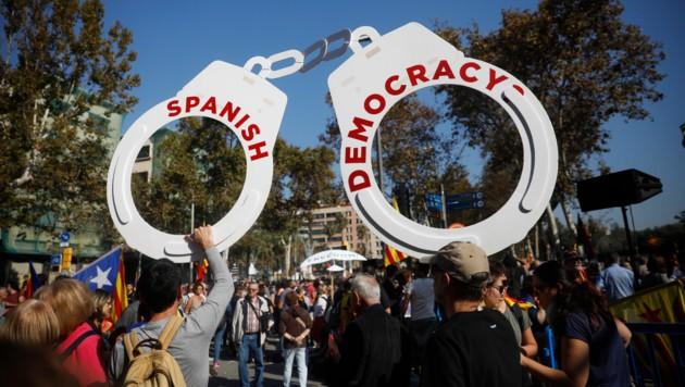 Protestierende vor dem katalanischen Parlament in Barcelona (Bild: AP)