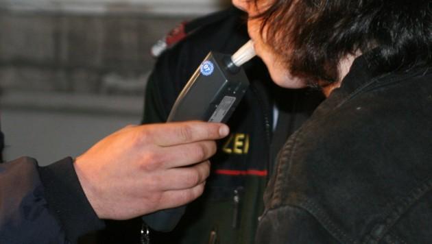 Der Unfalllenker hatte 0,64 Promille Alkohol im Blut (Symbolbild). (Bild: Horst Einöder/www.flashpictures.at)