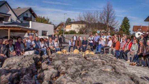 Die Menschen aus Himmelreich und der Bürgermeister versammelten sich um den Marmortisch. (Bild: Gemeinde Wals)