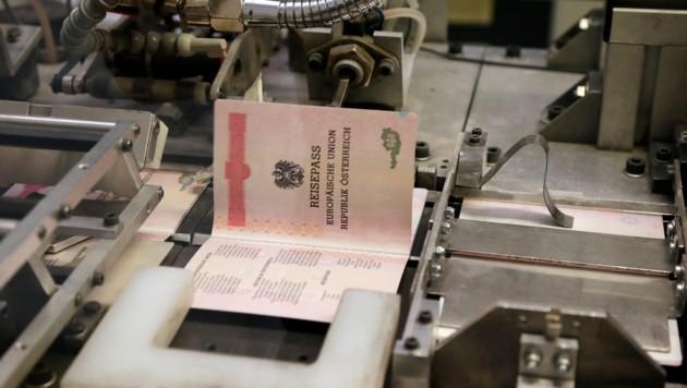 Die Produktion eines Reisepasses in der Staatsdruckerei (Bild: Klemens Groh)