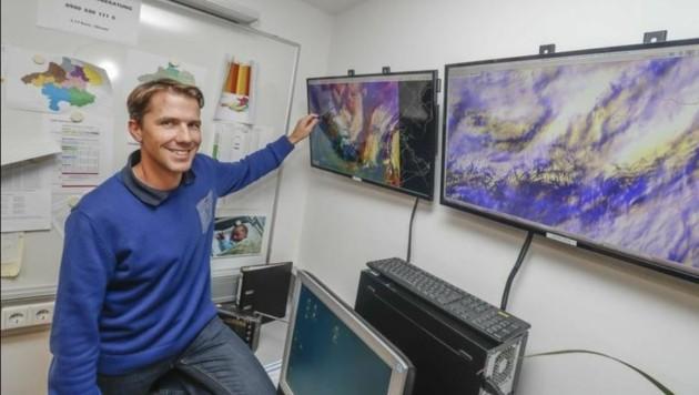 """Michael Butschek am Wettercomputer: """"Die stärksten Böen gibt es Vormittag und Mittag."""" (Bild: Markus Tschepp)"""