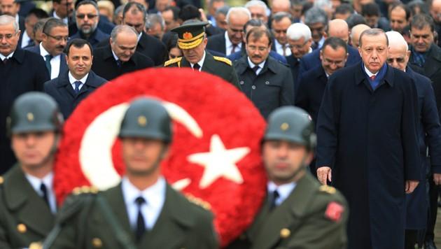 Der türkische Präsident Recep Tayyip Erdogan besuchte am Tag der Republik das Atatürk-Mausoleum. (Bild: AP)