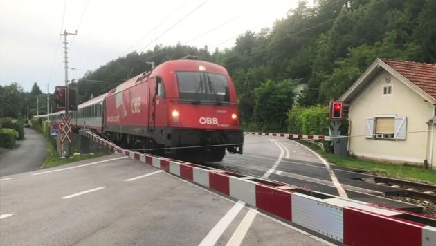 Bei diesem Bahnübergang wurde der Klein-Lkw vom Zug gerammt, der Lenker ergriff die Flucht. (Bild: Christian Rosenzopf)
