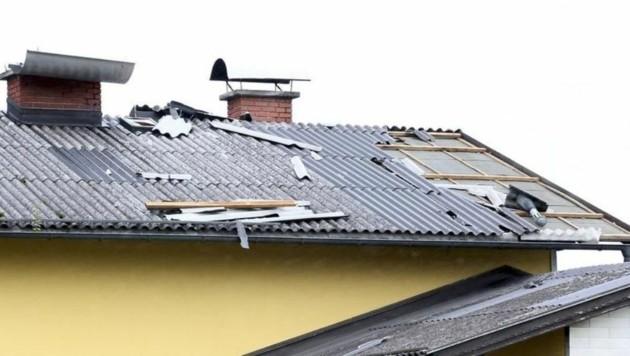 Auch abgedeckte Dächer beschäftigten die Einsatzkräfte. Hier in Grödig-Eichet. (Bild: Markus Tschepp)