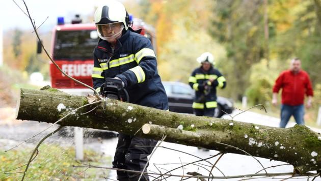 Auch in Steyrermühl mussten die Feuerwehrleute blockierte Straßen wieder frei machen (Bild: Wolfgang Spitzbart)