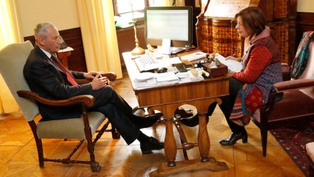 Professor Johannes Huber im Gespräch mit Conny Bischofberger (Bild: Martin Jöchl)