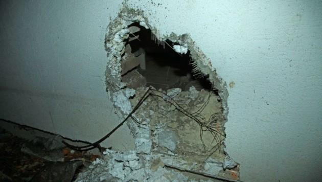 Der Felsbrocken durchbrach die Hausmauer. (Bild: Einsatzdoku - Kodym)