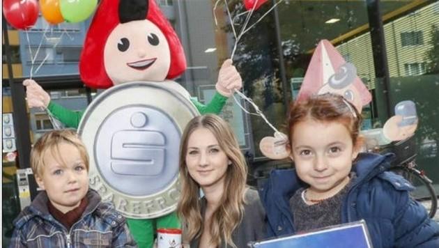 Bianca mit Dominik und Amine vor der Sparkasse in Lehen (Bild: Markus Tschepp)