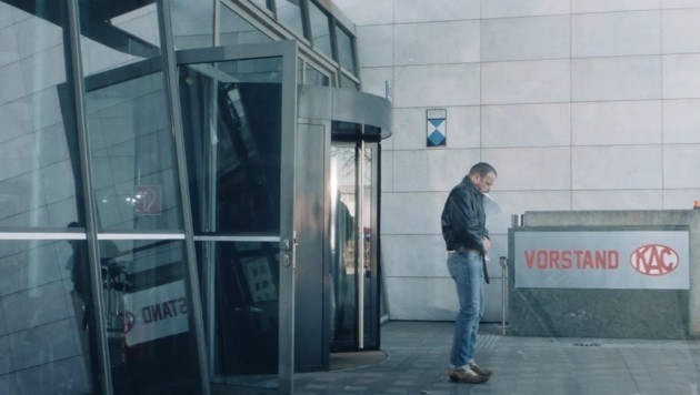 Jürgen Maurer alias Harri Pinter vor dem umgetauften Archiv (Bild: Graffilm)
