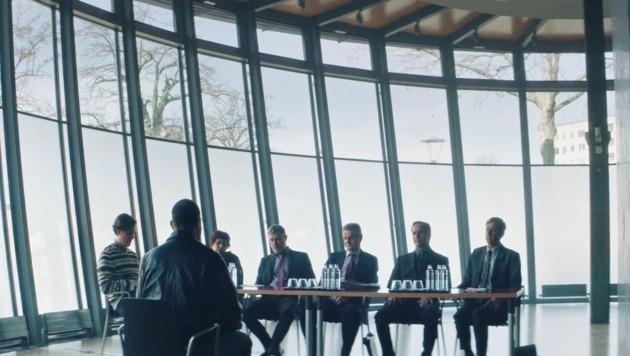 Der Vorstand des KAC als Tribunal über den Ex-Helden im großen Saal des Landesarchivs (Bild: Graffilm)