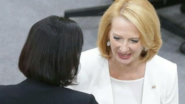 Nationalratspräsidentin Elisabeth Köstinger und ihre Vorgängerin Doris Bures