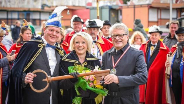 Im Rahmen eines großen Umzugs übergab der Linzer Bürgermeister Klaus Luger die Rathausschlüssel. (Bild: Markus Wenzel)