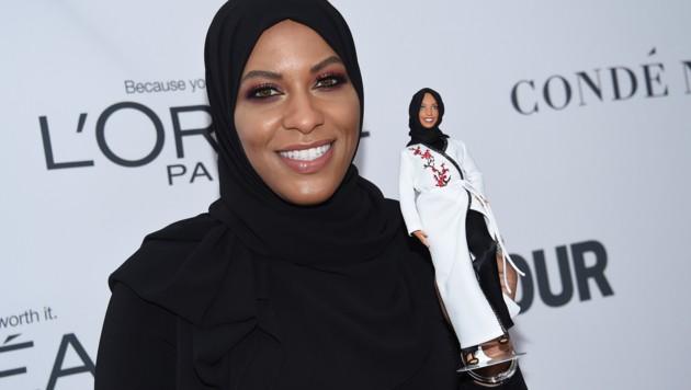 Ibtihaj Muhammad mit der neuen Barbie (Bild: AP)