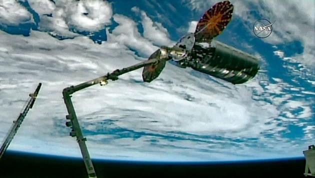 """""""Cygnus"""" dockt an der Internationalen Raumstation ISS an (Bild: NASA TV)"""