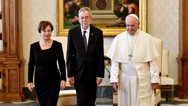 Bundespräsident Van der Bellen und Gattin Doris Schmidauer bei Papst Franziskus (Bild: AFP)