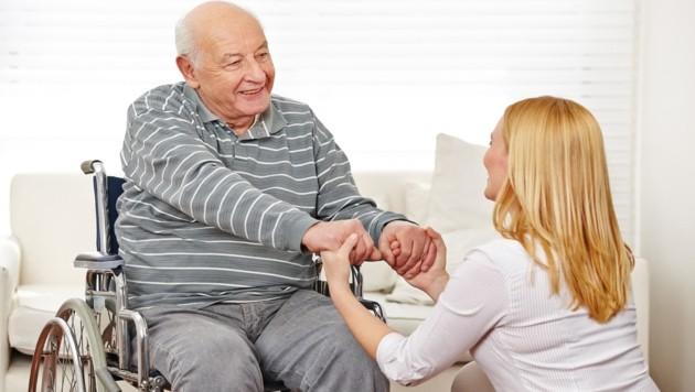 Schön, wenn es einem gepflegten Menschen gut geht - und dem Pfleger oder der Pflegern ebenso. Doch das personelle Missverhältnis zwischen der steigenden Zahl der Pflegebedürftigen und der fehlenden Zahl der Pfleger wird immer größer. (Bild: Robert Kneschke/stock.adobe.com)