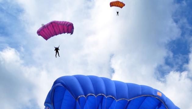 Für einen Fallschirmspringer endete die Veranstaltung in Fromberg im Waldviertel tödlich, ein weiterer wurde schwer verletzt. (Symbolbild) (Bild: stock.adobe.com (Symbolbild))
