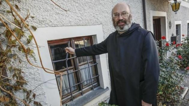 Pfarrer Petrus Eder zeigt das kleine Fenster (Bild: Markus Tschepp)