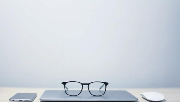 Eine Brille gehört schon längst nicht mehr zu Dingen, die einem Häme einbringen. (Bild: vacdll (CC0-Lizenz) / pixabay.com)