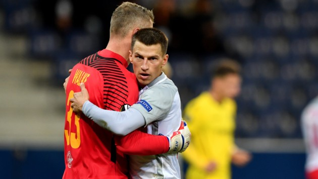 Stefan Lainer jubelt mit Goalie Alexander Walke.