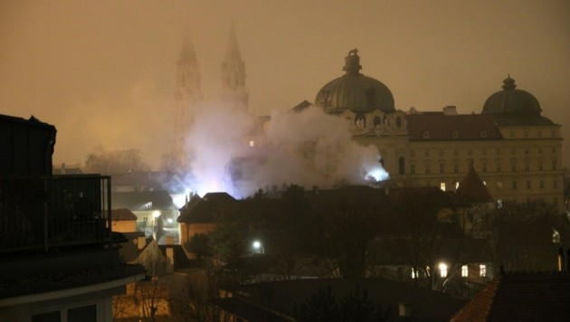 Dichte Rauchwolken über den Dächern des Stiftes Klosterneuburg (Bild: Freiwillige Feuerwehr Klosterneuburg)
