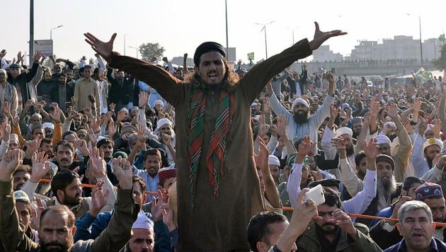 Die Tausenden Demonstranten haben sich gegen die Regierung in Islamabad durchgesetzt. (Bild: APA/AFP/AAMIR QURESHI)