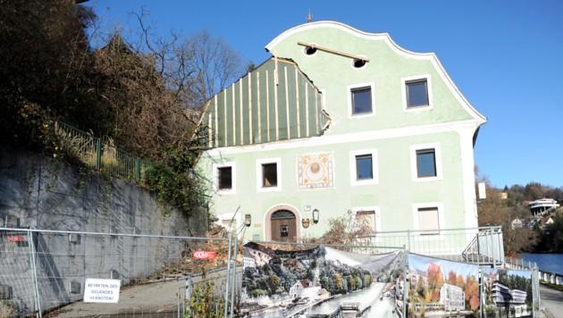 Im August wurde die Fassade der Kösslmühle schwer beschädigt. Die BH ermittelt deshalb. (Bild: Klemens Fellner)
