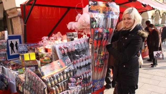 Eine Crux: Private Feuerwerke sind vielerorts verboten, der Raketenverkauf ist es nicht (Bild: Christian Jauschowetz (Symbolfoto))