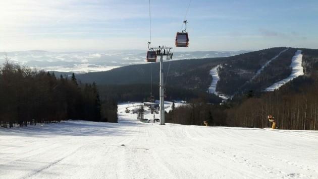 Eine tschechische Skiurlauberin wurde bei einem Unfall am Hochficht schwer verletzt. (Bild: unbekannt)