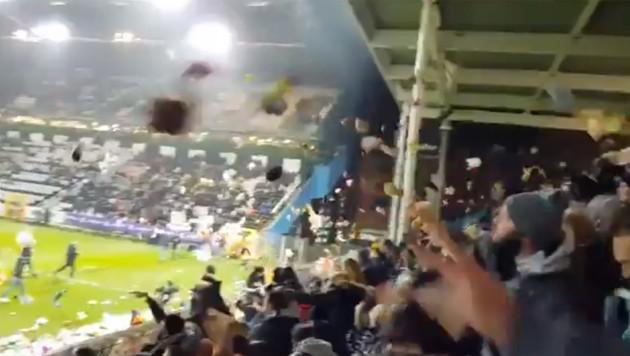Fans Werfen Hunderte Kuscheltiere Aufs Spielfeld Kroneat