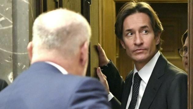 Karl-Heinz Grasser beim Betreten des Gerichtssaals (Bild: APA/HANS KLAUS TECHT/APA-POOL)