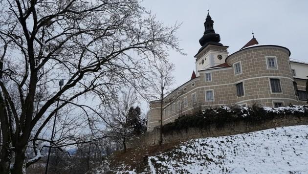 Durchaus eindrucksvoll trohnt das Landebildungszentrum Schloss Weinberg über Kefermarkt. (Bild: Werner Pöchinger)