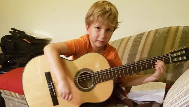 Glücklich das Kind, das Gitarre oder ein anders Instrument lernen kann! (Bild: Werner Pöchinger)