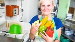 Eine ehrenamtliche Mitarbeiterin der Notschlafstelle bei der Arbeit in der Küche. (Bild: Karola Riegler)