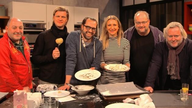 Weihnachtsbäckerei: Roubinek, Seidl, Fleischhacker, Niedetzky, Lainer und Seberg im Puls-4-Studio. (Bild: Puls 4)