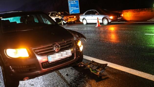 9 Fahrzeuge waren bei der Massenkarambolage bei Wels Freitagabend verwickelt. (Bild: laumat.at / Matthias Lauber)