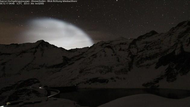Auch in Kaprun wurde das nächtliche Leuchten von einer Wetterkamera festgehalten. (Bild: Facebook.com)