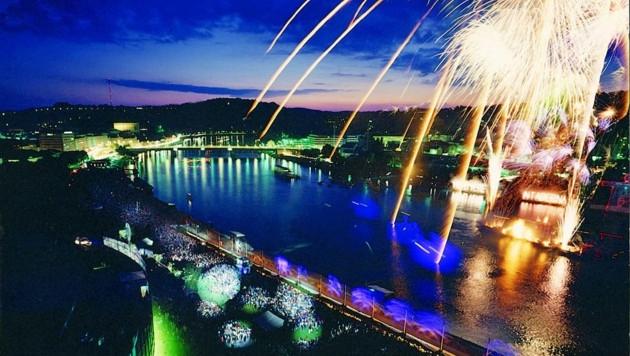 Ein farbenprächtiges Feuerwerk gehört in Linz zum Jahreswechsel dazu (Bild: Donauschifffahrt)