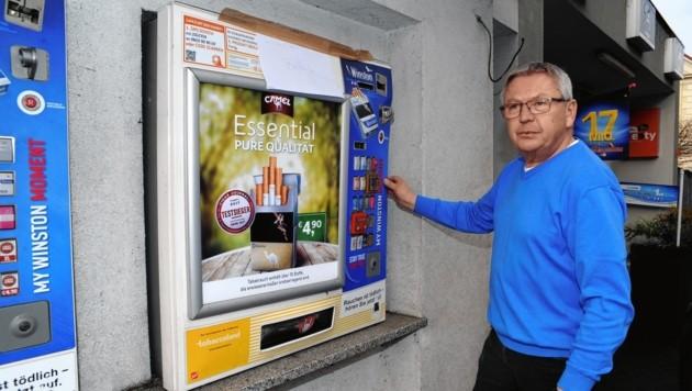 Trafikant Andreas Müller vor dem ruinierten Zigarettenautomat