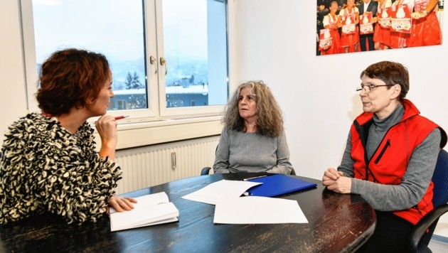 Katja Rief (li.) und Martha Rossmann (Mi.) sammeln Unterschriften für eine Gesetzesänderungen