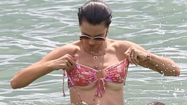 Hoppla! Da muss Alessandra Ambrosio aufpassen, dass ihr der Busen nicht aus dem Bikini flutscht. (Bild: www.PPS.at)
