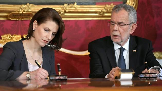 Karoline Edtstadler mit Alexander Van der Bellen bei ihrer Angelobung als Staatssekretärin (Bild: APA/Roland Schlager)