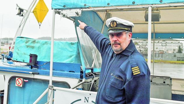 Kapitän Thomas Freudenthaler zeigt, wo die Überwachungskameras montiert waren.